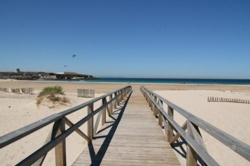 gangbro ned til strand og hav